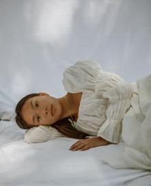 美女床上艺术摄影写真图片素材