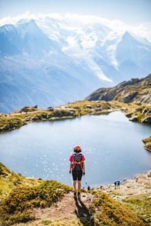 登山旅行背影图片