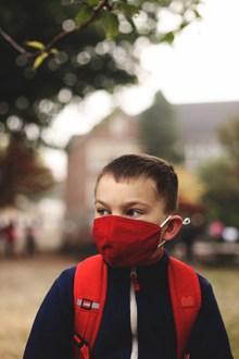 戴口罩的小男孩图片