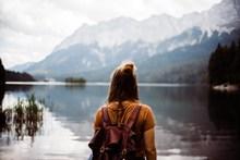面朝湖泊美女背影高清图片