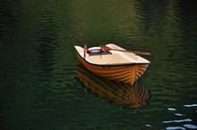 湖面小船只图片下载