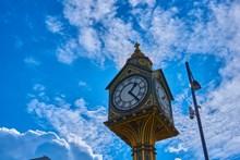 蓝天下复古时钟塔图片素材