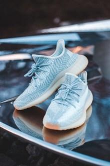 一双网面运动鞋图片下载