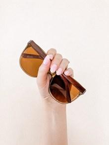 手握太阳镜高清图片