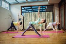室内瑜伽运动图片素材