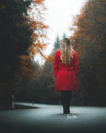 红衣卷发美女背影精美图片