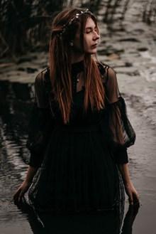 黑色透视蕾丝裙美女写真高清图