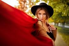 红色妖娆美女人体艺术图片