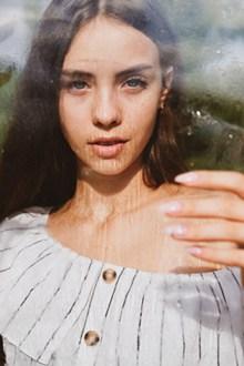 隔着玻璃的美女图片素材