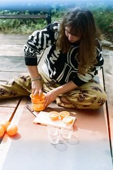 手动榨汁美女图片