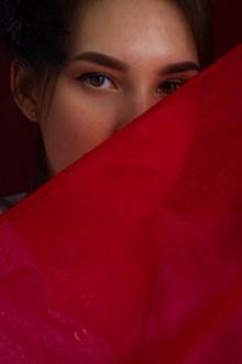 蒙着红色纱巾的美女高清图