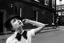 黑白街头艺术美女图片下载