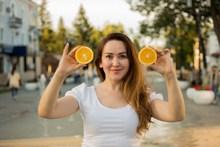 手持橙子的欧洲美女精美图片