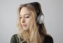聆听音乐的金发美女图片素材