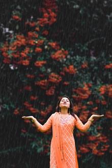雨中淋雨的美女图片下载