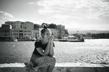 坐在河边的美女高清图片