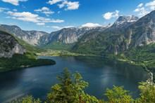 翠绿高山湖泊风景图片