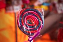 一根彩色棒棒糖图片