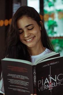 微笑女孩看书精美图片
