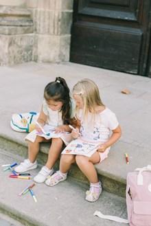 两个女孩在画画高清图