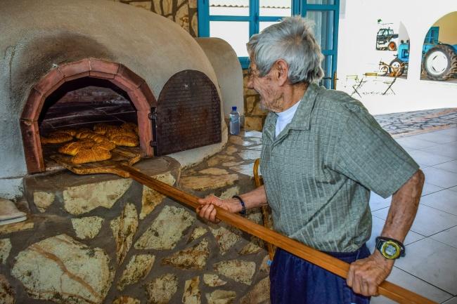 烤面包的老人图片素材