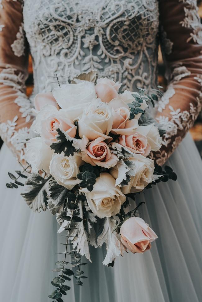 韩式新娘手捧鲜花精美图片