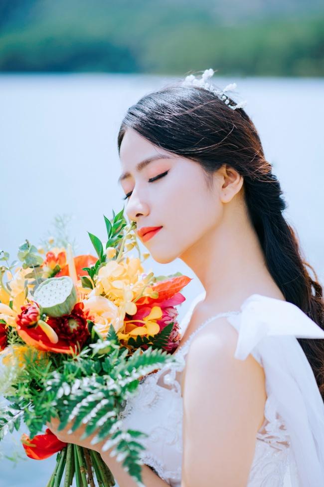 手捧鲜花的美女图片素材
