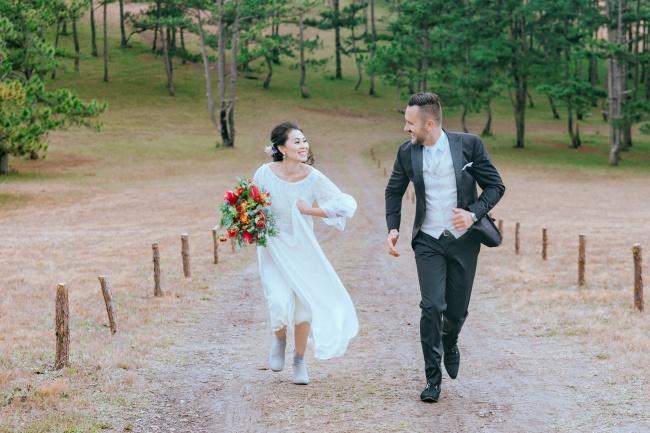 微笑奔跑的情侣婚纱图片大全
