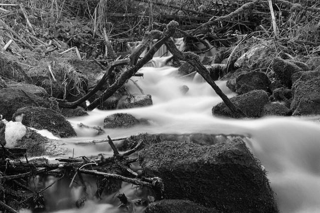 深山瀑布流水黑白高清图片