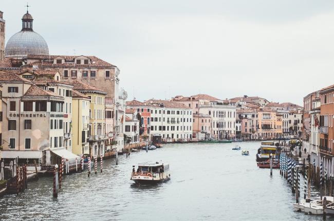 水上城市建筑风景高清图片