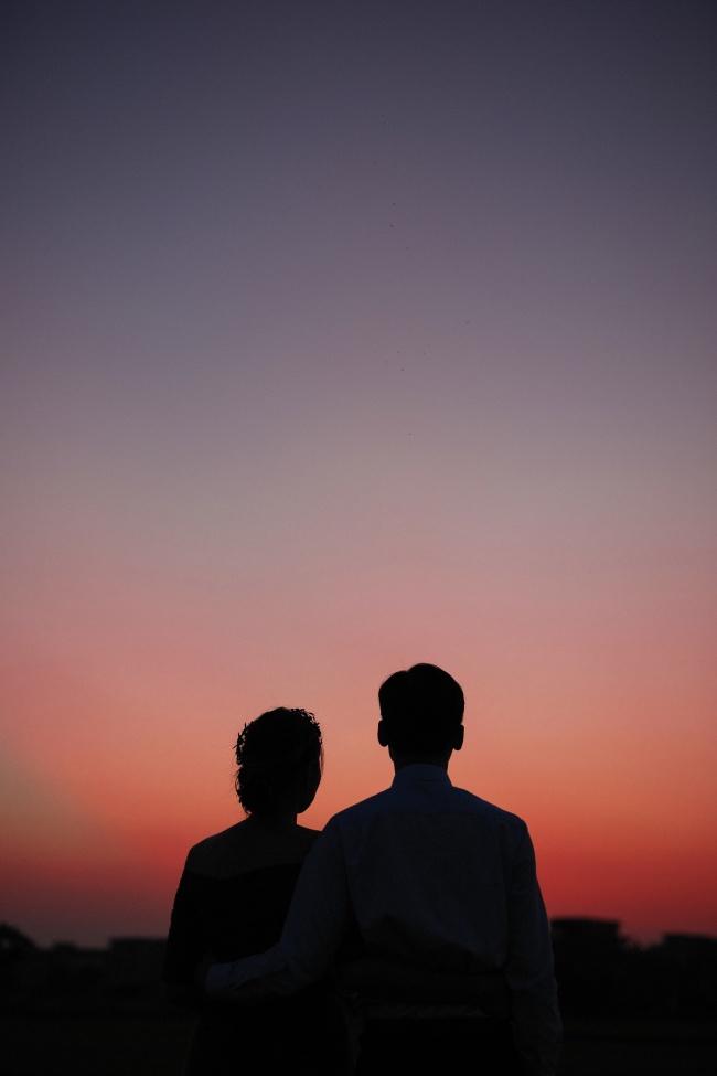 紫色黄昏情侣剪影高清图片