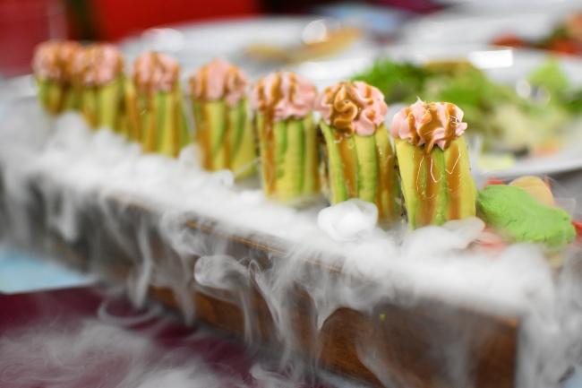 牛油果鳗鱼卷寿司高清图