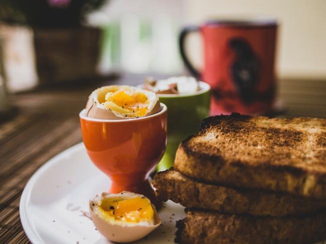 全麦吐司加鸡蛋早餐高清图