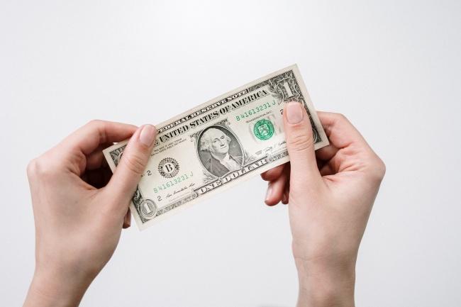 手拿着美元高清图