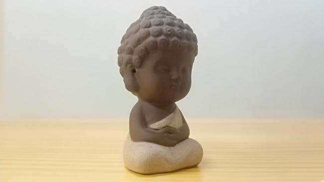 小和尚打禅静坐石像高清图片