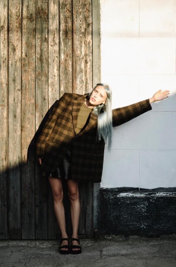 格子大衣美女精美图片