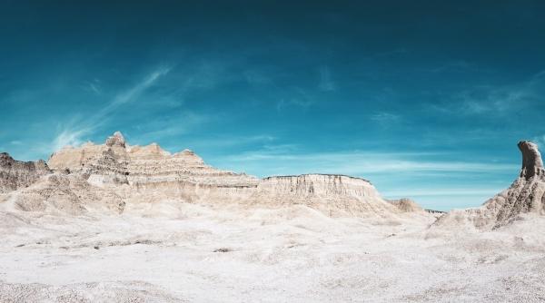 白色风化岩石地貌图片
