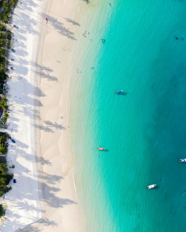 夏季蓝色海边鸟瞰图高清图片