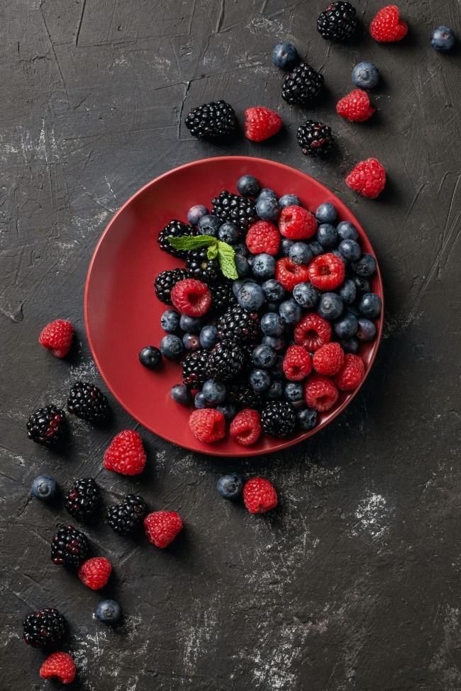 盘子里的浆果图片素材