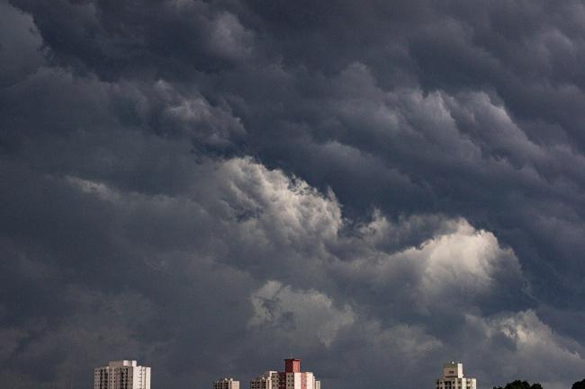 乌云密布的天空图片
