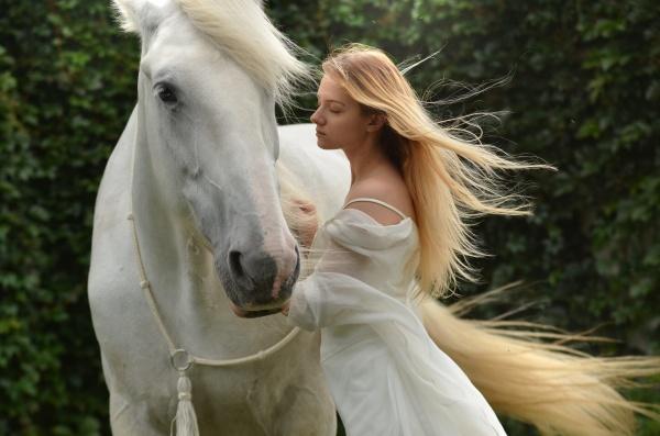 白衣少女人体艺术摄影图片素材
