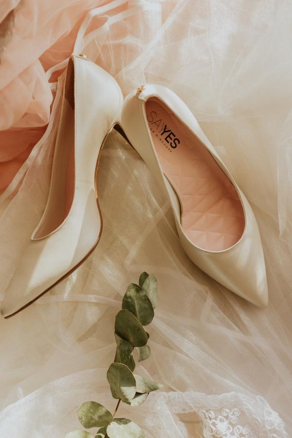 白色高跟鞋写真高清图
