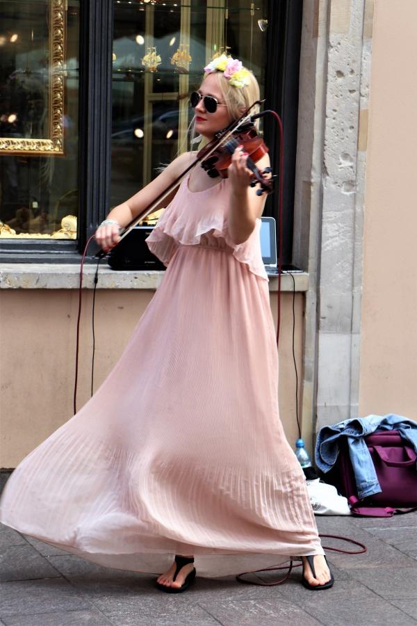 街头美女拉小提琴精美图片