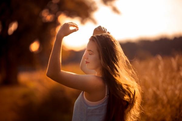 黄昏唯美意境美女图片素材