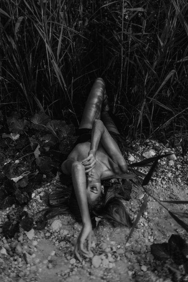 黑色风格人体艺术摄影高清图片
