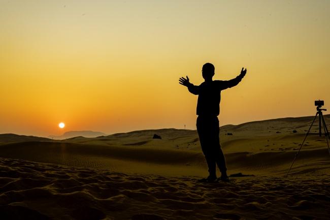 沙漠上的人物剪影图片下载