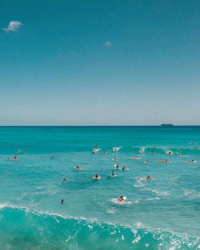 海滩上冲浪人群图片素材