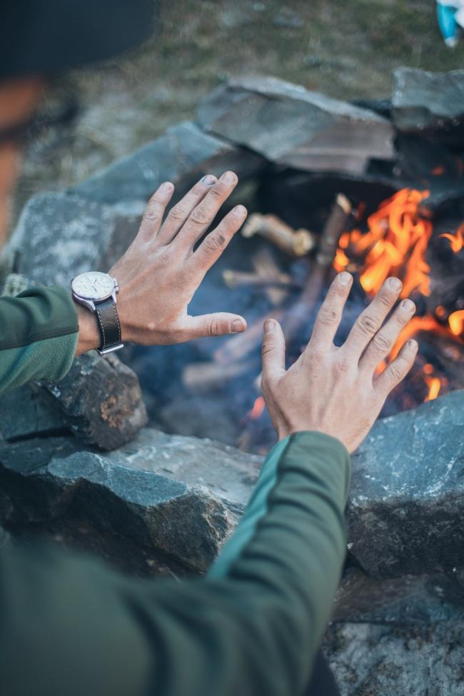 两双手篝火取暖图片