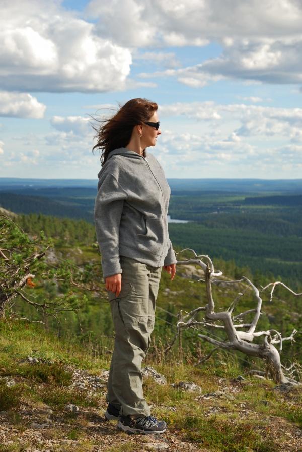 山坡上看风景的美女图片大全
