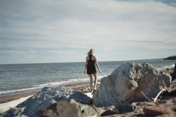 美女海边行走背影图片大全